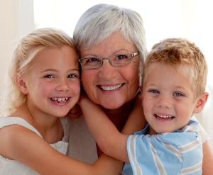 Großmutter mit Ihren Enkeln. Rentnerpaar sucht Einfamilienhaus mit Einliegerwohnung